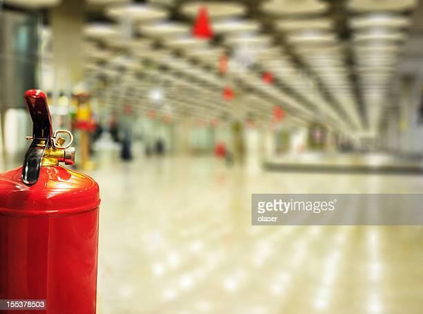Extintor en edificio de la terminal del aeropuerto