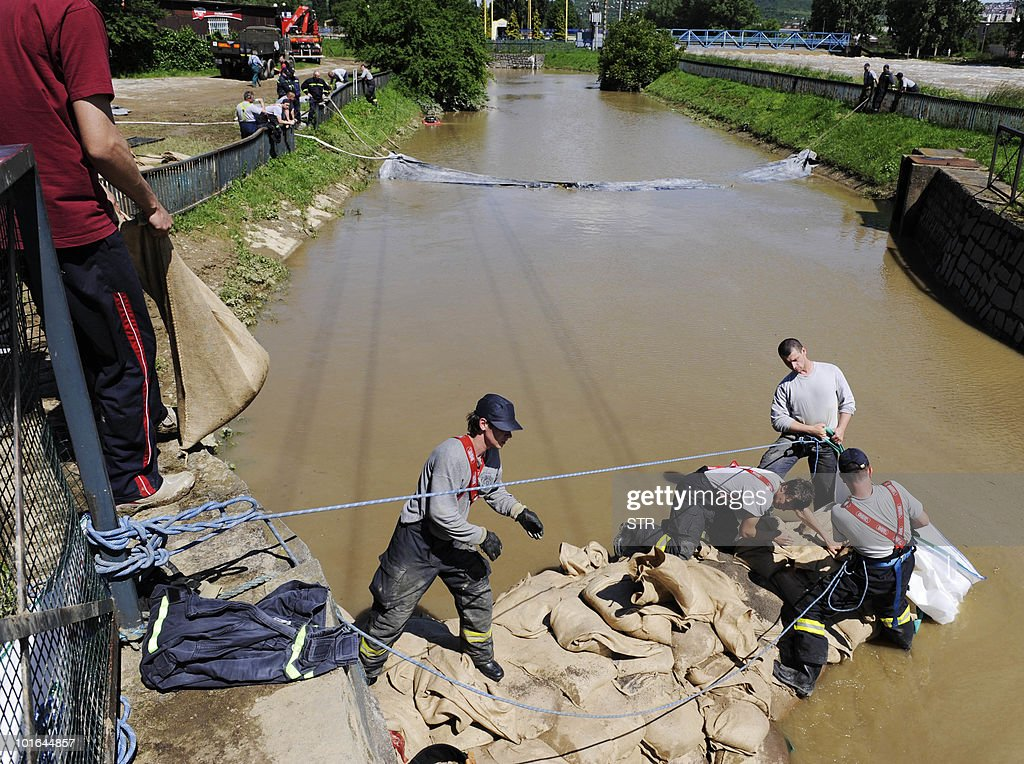 Fire fighters stack sand bags on the overflowing river of Hornad in the city of Kosice on June 5, 2010, in eastern Slovakia. AFP PHOTO/Stringer
