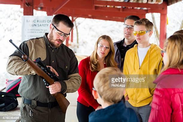 Armi da fuoco istruttore presso the Shooting Range