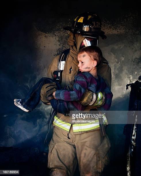Feuerwehrmann tragen Junge