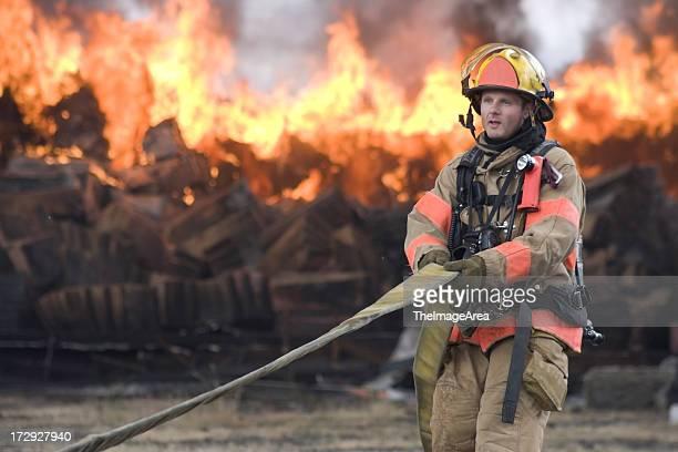 Feuerwehrmann ziehen Schlauch