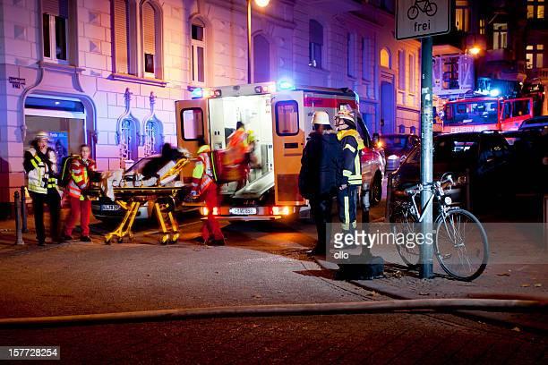 Feuerwehrleute und gut ausgebildeter Sanitäter am Ort des Geschehens