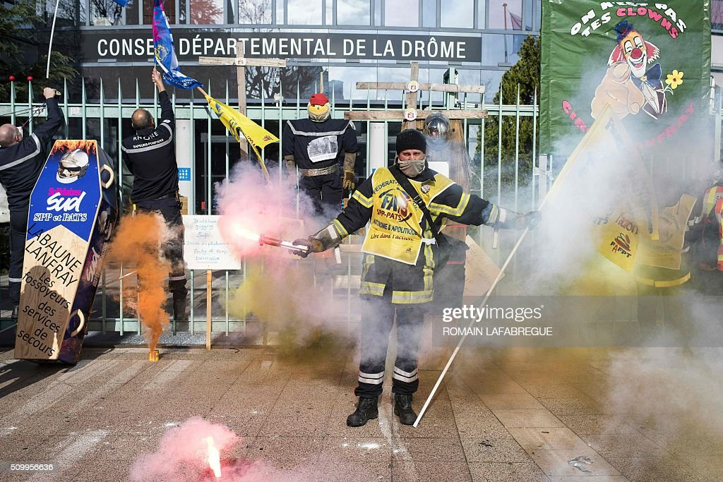 Firefighters demonstrate in front of the Drome departemental council in Valence, central eastern France, on February 13, 2016, to protest against staffing cuts and the closure of 19 fire stations. / AFP / ROMAIN LAFABREGUE