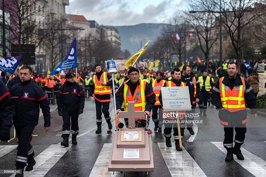 Firefighters demonstrate in Valence, central eastern France, on February 13, 2016, to protest against staffing cuts and the closure of 19 fire stations. / AFP / ROMAIN LAFABREGUE