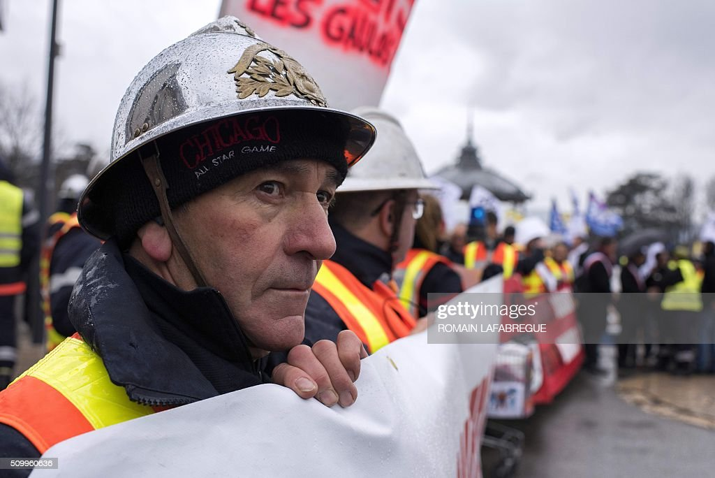 Firefighters from the Drome and other 40 French departments protest against the closure of 19 emergency services and fire centers, in Valence, central eastern France, on February 13, 2016. / AFP / ROMAIN LAFABREGUE