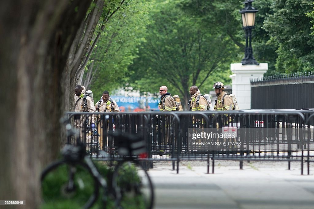 Firefighters leave the Northeast gate to the White House on Pennsylvania Avenue during a security lockdown of the White House grounds May 30, 2016 in Washington, DC. / AFP / Brendan Smialowski