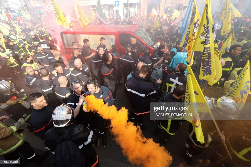 Firefighters march during a demonstration against staff reduction on the place de la Republique in Paris on March 14, 2017. / AFP PHOTO / Jacques DEMARTHON