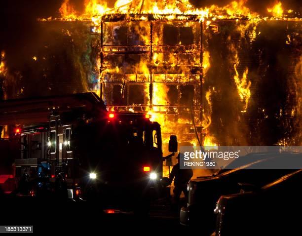 Pompieri e fuoco camion mettere fuori edificio fuoco