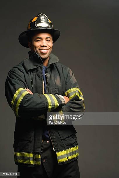 Fireman'sorridente, su sfondo nero, Verticale