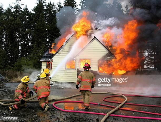 Feuerwehrleute Fighting Residence Haus Feuer