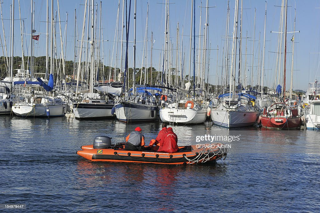 Firemen on a inflatable dinghy prepare on October 29, 2012 to search for a 12-year-old British boy, who disappeared on October 27, on Porquerolles island, southeastern France. Sixty soldiers and three civil security dog-handlers from Brignoles are paricipating in the search. AFP PHOTO GERARD JULIEN
