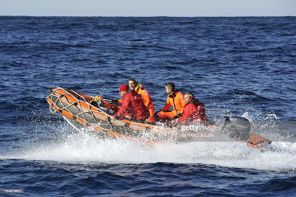 Firemen on a inflatable dinghy search on October 29, 2012, a 12-year-old British boy, who disappeared on October 27, on Porquerolles island, southeastern France. Sixty soldiers and three civil security dog-handlers from Brignoles are paricipating in the search. AFP PHOTO GERARD JULIEN