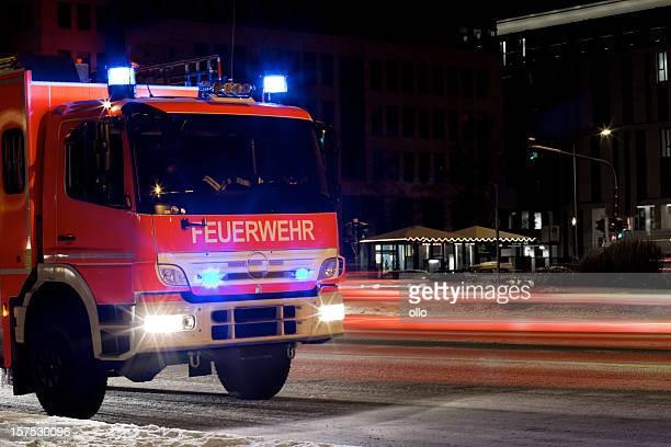 Feuerwehrwagen auf vereisten Straße