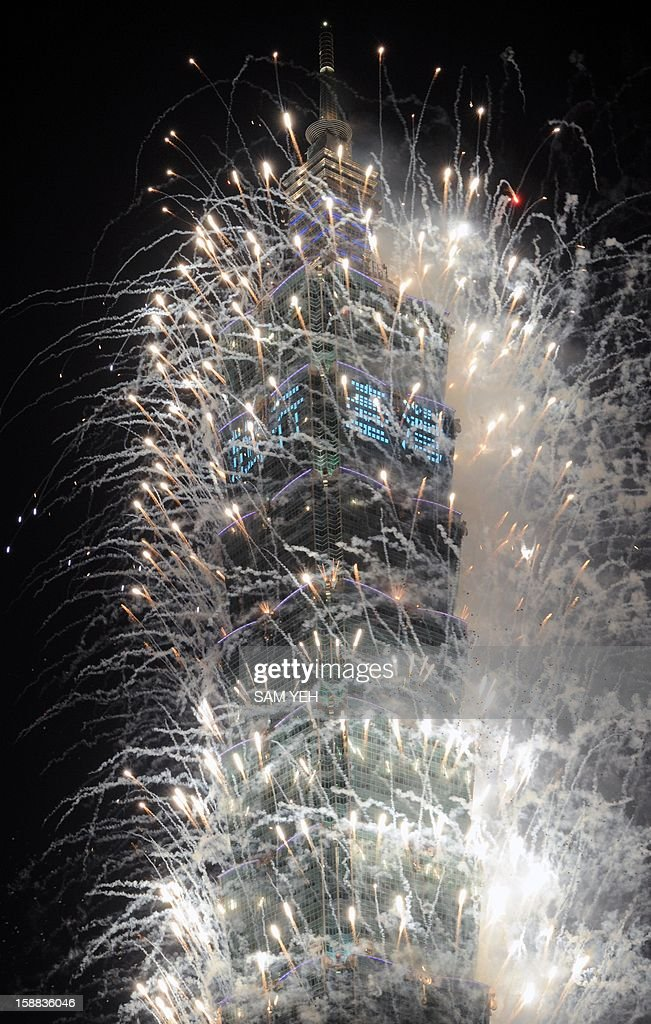 Fireworks are launched from the Taipei 101 building to mark the new year in Taipei on January 1, 2013. In line with the countdown will be a 188-second firework show to be presented by the Taipei 101, a 509-metre-high skyscraper and once the world's tallest building which is just hundreds of metres away from the city hall square. AFP PHOTO / Sam Yeh