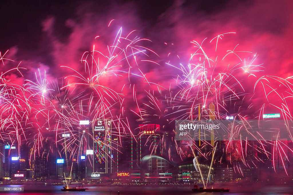 Fireworks explode over Victoria Harbour during Lunar New Year celebrations in Hong Kong on February 9, 2016. The Lunar New Year of the Monkey began on February 8. AFP PHOTO / DALE DE LA REY / AFP / DALE de la REY