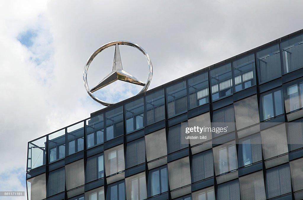 Firmenzentrale des MercedesBenzVertrieb in Berlin Friedrichshain Wirtschaft Automobilhersteller Mercedes Benz AG Stern Logo feature
