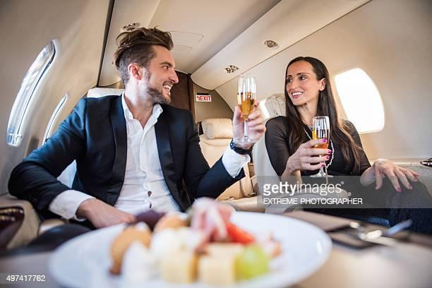 Erstklassige Mahlzeit in einem privaten Flugzeug