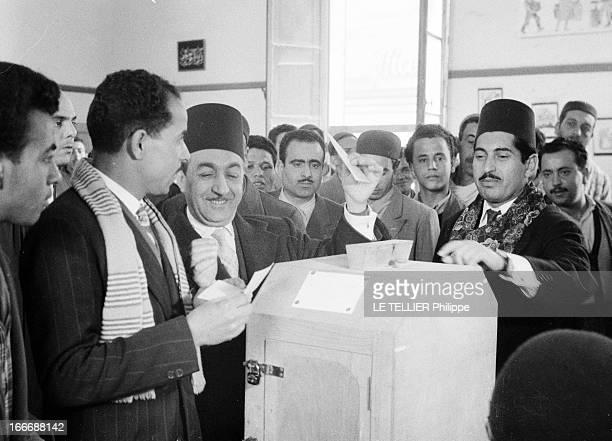 First Elections After Independence In Tunisia En Tunisie lors des premières élections après l'indépendance dans une salle de vote Mongi SLIM ministre...