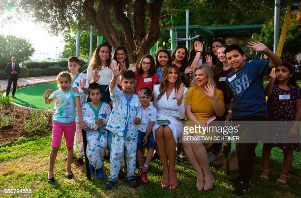 US first lady Melania Trump and Sara Netanyahu pose with children during a visit to the Hadassah hospital in Jerusalem on May 22 2017 / AFP PHOTO /...