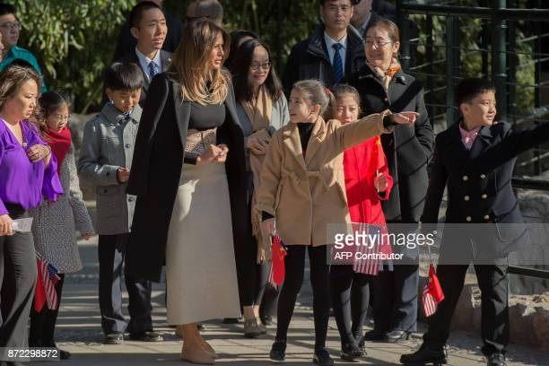 US First Lady Melania Trump interacts with children during a visit to the Beijing Zoo in Beijing on November 10 2017 / AFP PHOTO / NICOLAS ASFOURI