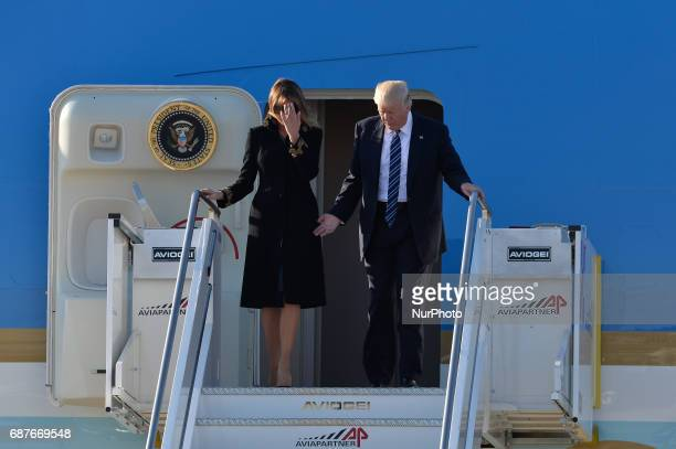 First Lady Melania Trump refuse to touch Donald Trump's hand in Airport Fiumicino in Rome on may 23 2017