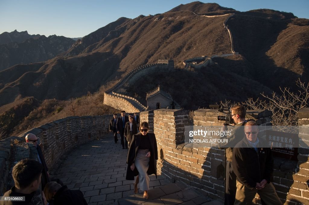 US First Lady Melania Trump (C) walks on the Great Wall of China on the outskirts of Beijing on November 10, 2017. / AFP PHOTO / Nicolas ASFOURI
