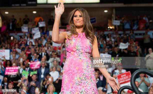 US First Lady Melania Trump waves during a Make America Great Again rally at the Covelli Centre in Youngstown Ohio July 25 2017 / AFP PHOTO / SAUL...