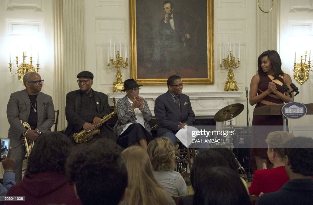 US First Lady Michelle Obama (R) addresses (from L-R) trumpet player Terrence Blanchard, saxophonist Bobby Watson, vocalist Dee Dee Bridgewater and pianist Herbie Hancock and an audience of high school students during the History of Jazz Student Workshop at the White House as part of the International Jazz Day celebration in Washington, DC on April 29, 2016. / AFP / EVA
