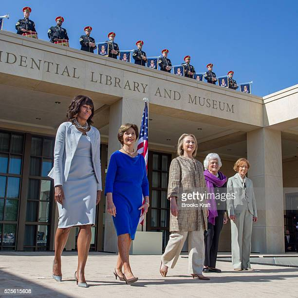 US First Lady Michelle Obama poses with former first ladies Laura Bush Hillary Clinton Barbara Bush and Rosalynn Carter as they attend the dedication...