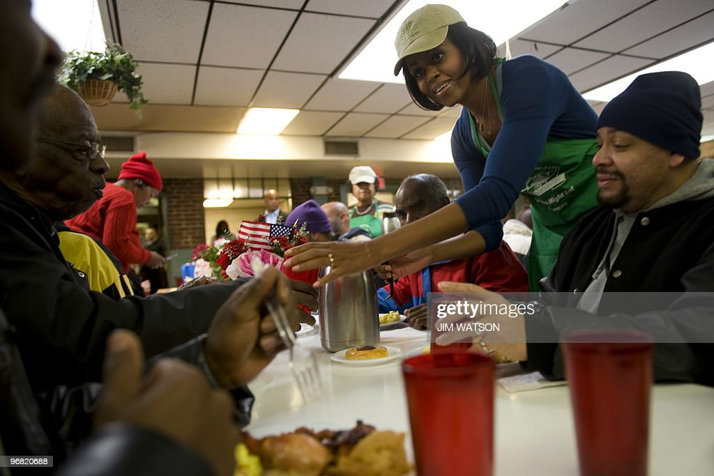 US First Lady Michelle Obama (R) Serves Food At So Others Might Eat (