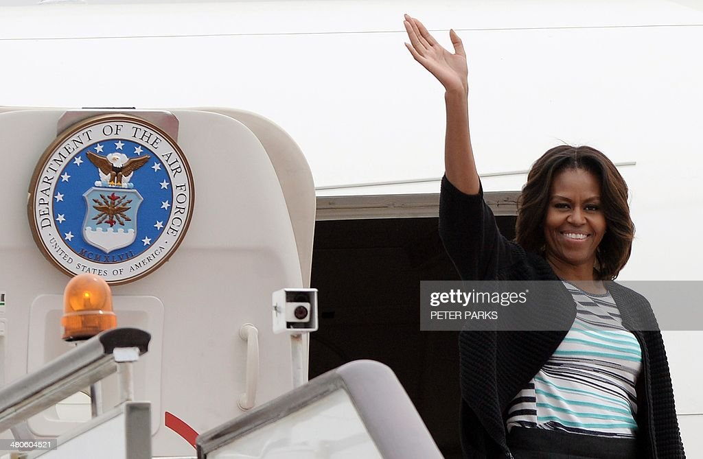 US First Lady Michelle Obama waves before departing Chengdu Shuangliu airport in China's southwest Sichuan province for the US on March 26, 2014. Michelle Obama arrived in China on March 20 with her mother and daughters when they kicked off a seven-day, three-city tour where she focused on education and cultural exchange. AFP PHOTO/Peter PARKS