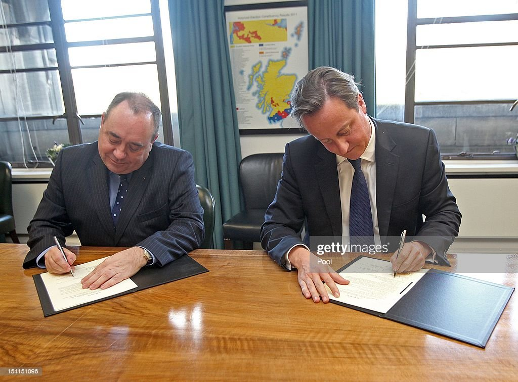 First Minister of Scotland <a gi-track='captionPersonalityLinkClicked' href=/galleries/search?phrase=Alex+Salmond&family=editorial&specificpeople=857688 ng-click='$event.stopPropagation()'>Alex Salmond</a> and Prime Minister <a gi-track='captionPersonalityLinkClicked' href=/galleries/search?phrase=David+Cameron+-+Pol%C3%ADtico&family=editorial&specificpeople=227076 ng-click='$event.stopPropagation()'>David Cameron</a> sign a referendum agreement at St Andrew's House in Edinburgh on October 15, 2012 in Edinburgh, Scotland
