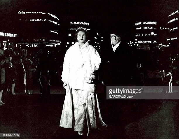 First Of The Film 'Si Versailles M'Etait Conte' By Sacha Guitry Sacha GUITRY et son épouse Lana MARCONI arrivent à l'Opéra de Paris pour la première...