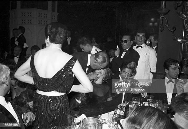 First Of The Revue 'Avec Plaisir' At The Lido Paris décembre 1959 Le ToutParis se retrouve en tenues de soirée pour assister à la Première des...