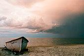 Fischerbood am Strand vom Golf von Riga, Lettland