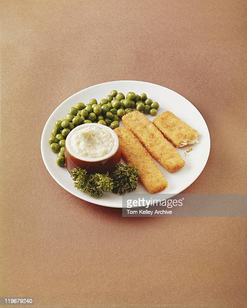 Fish fingers with green peas and savoury sauce