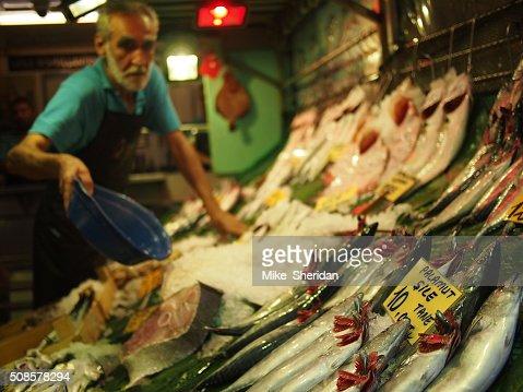 Fischhändler Verkauf frischer Fisch : Stock-Foto