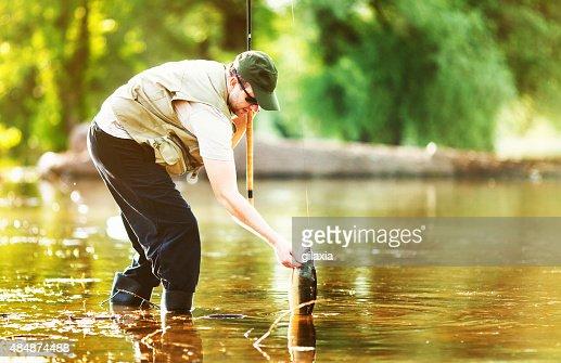 Pescador de puxar a sua meta.