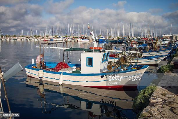 I pescatori sul lavoro, il porto di Alghero, Sardegna, Italia