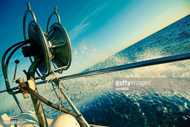 漁師トロール漁船フルスピードでウェイブズ