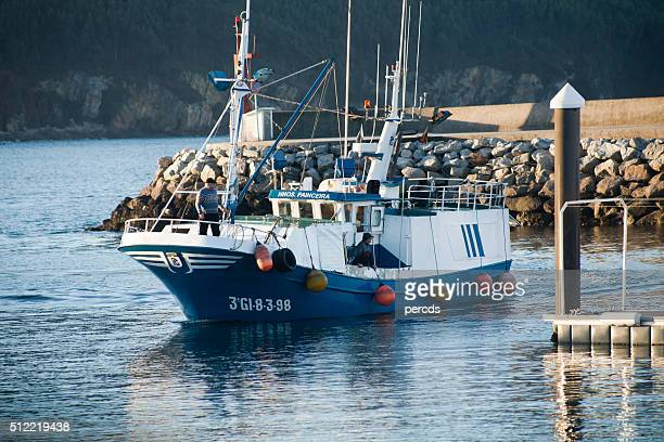 Barca da pesca Entrando Vicedo porto, la Galizia, Spagna