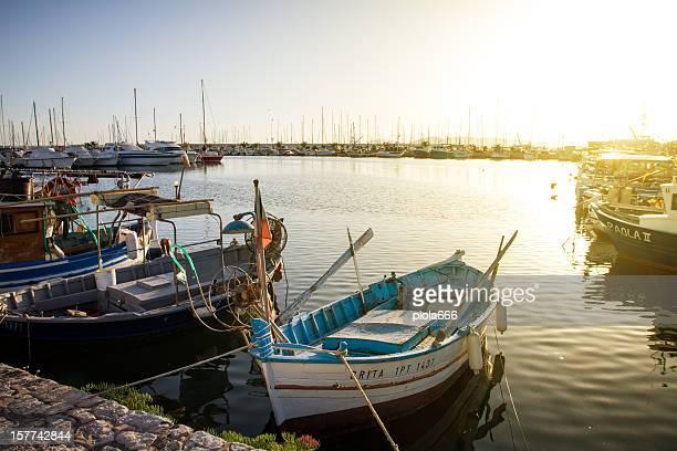 Barche da pesca e yacht presso il porto di Alghero, Sardegna