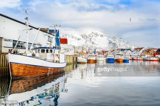 Vissersboten in Henningsvaer in de winter in de Lofoten in Noorwegen