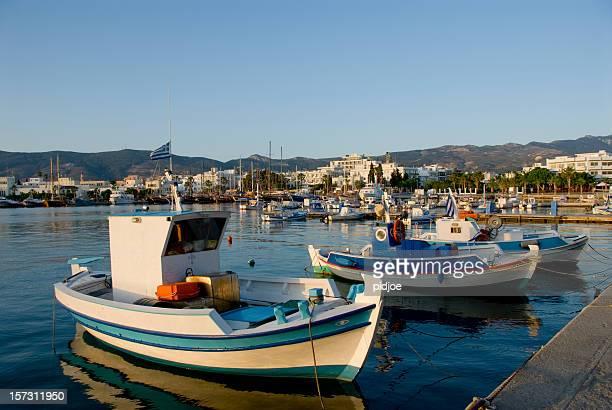 Barche da pesca in Kos harbor all'alba