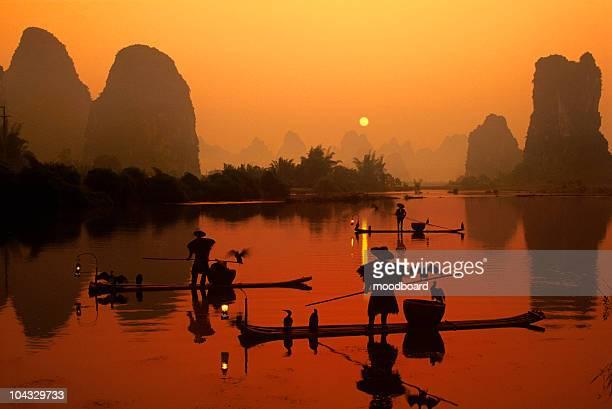 Fischerboote am Fluss bei Sonnenaufgang