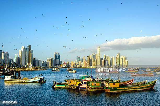 XXXL: Barcos de pesca con vista de los edificios de la ciudad de Panamá