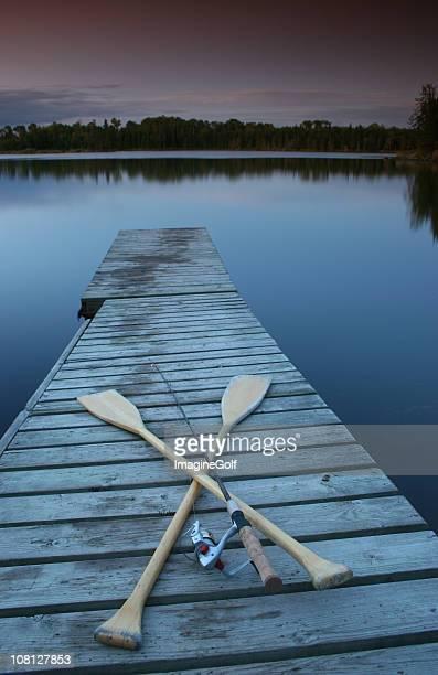 釣り用具の夕暮れの湖の桟橋