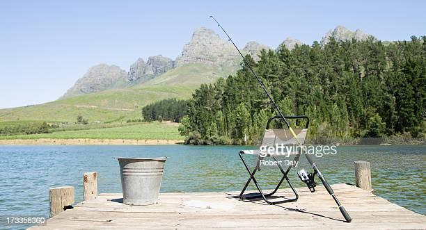 Vara de pesca e cadeira na área