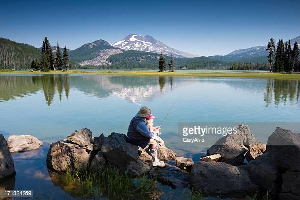 Pesca, con il nonno aiutando nipote attesa rod