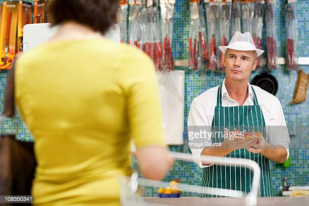 Le Fishmonger'et client dans un supermarché